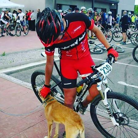 ciclista y perro amigo
