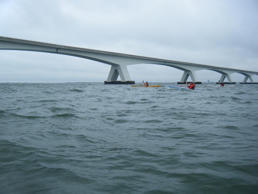 Onder de brug door