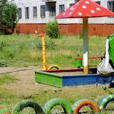 """Надежда. Двор на улице Менжинского жители оформляли для своих детишек. Цель - превратить прогулки во дворе в обучающую игру. На песочнице нарисован алфавит, все выкрашено в яркие цвета. Общий стиль двора - """"Сафари"""". В планах - сделать плетень вдоль скамейки."""