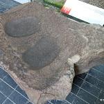 Musée départemental de Préhistoire d'Île-de-France : Meule-polissoir à double cuvette de Faÿ-lès-Nemours (Seine et Marne), néolithique (?)