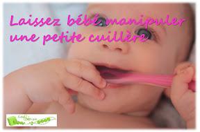 Bébé manipule une petite cuillère avant les débuts de la diversification alimentaire