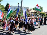 14 Történelmi zászlók a menetben.JPG