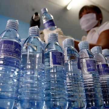 Agua embotellada está contaminada con partículas de plástico