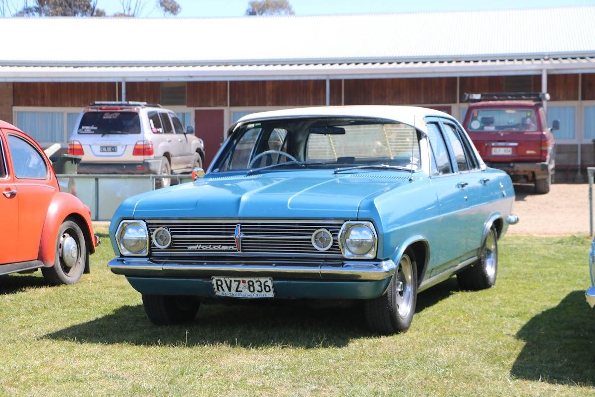 Holden HR Premier (01).jpg