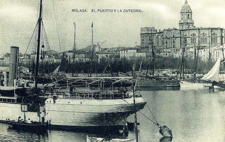 Vista de popa del SEVILLA. Se aprecian las portas de descarga laterales y los antiguos soportes para los botes de popa. Postal.JPG
