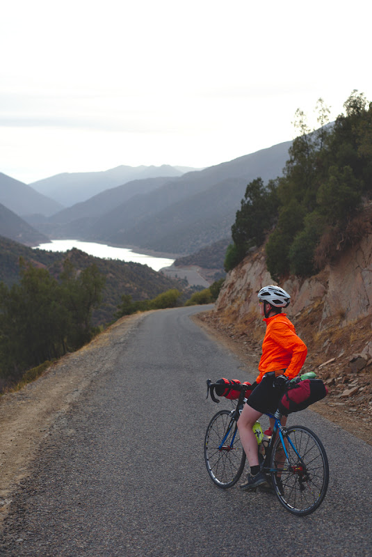Ceea ce urca, trebuie sa si coboare, iar atat urcarile cat si coborarile sunt mult mai placute pe o bicicleta usoara.