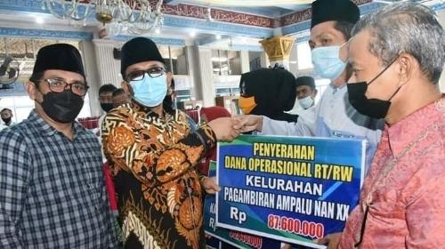 Maksimalkan Pelayanan Terhadap Warga, Wako Hendri Septa Serahkan Dana Operasional RT/RW se-Kecamatan Lubeg