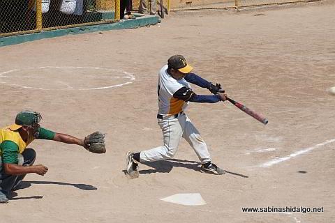 Prudencio Alcocer bateando por Hipertensos en el softbol de veteranos