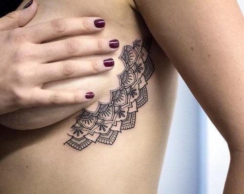 este_elegante_sideboob_tatuagem_para_mulheres