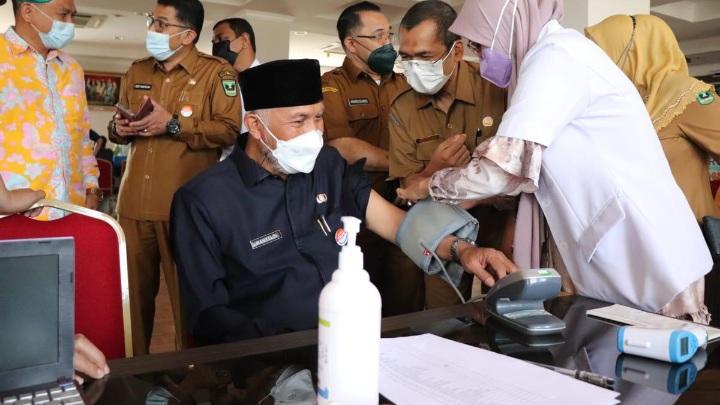 Gubernur Sumbar Tinjau Vaksinasi Ketiga untuk Tenaga Kesehatan di RSUD M. Natsir