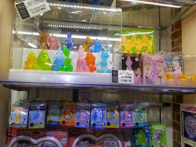 Des Crystal Puzzle, j'ai découvert ça ici. Il faut assembler des morceaux jusqu'à obtenir un personnage. Là c'est du Disney mais on trouve aussi des animaux ou des produits dérivés type Hello Kitty, Rilakkuma (<3)...