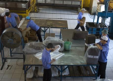 Đóng gói sản phẩm cao su tại Công ty TNHH MTV Cao su Lộc Ninh. Ảnh: Vũ Phong