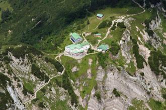 Photo: 30 Blick aus der Vogel- bzw. Bergsteigerperspektive auf das gut besuchte Stripsenjochhaus