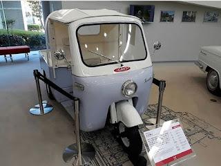 Hino, sebuah merk truck dan bus asal Jepang yang sudah tidak asing lagi di masyarakat. Kita hampir tiap menit melihat kendaraan besar bermerk Hino melintas di Jalanan. Ternyata, Hino pernah membuat truck kecil beroda tiga yang diberi nama 'Hustler'. Truck Hino 'Hustler' ini besarnya cuma seukuran Bajaj. Hino 'Hustler' diproduksi tahun 1961. Hino Hustler menggunakan mesin J05c bertenaga 23 Hp.