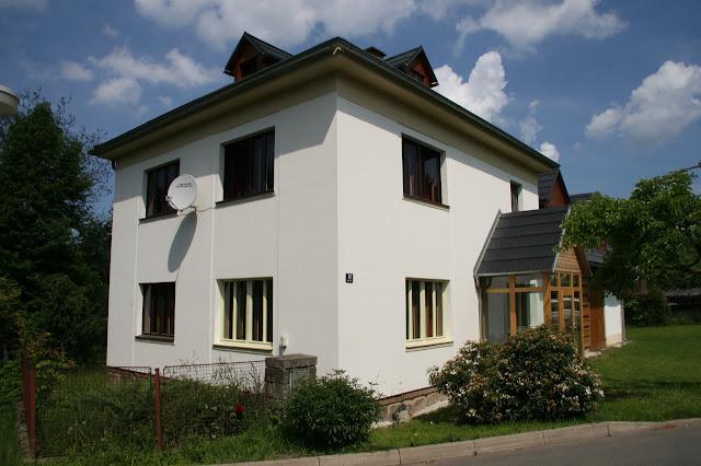 Het vakantiehuis Mala Skala vanaf de straatzijde gezien