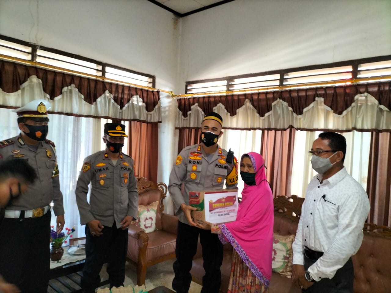 Sambut HUT Bhayangkara Ke 75, Kapolres Soppeng di Dampingi Kabag SDM dan Kasatlantas Menggelar Baksos