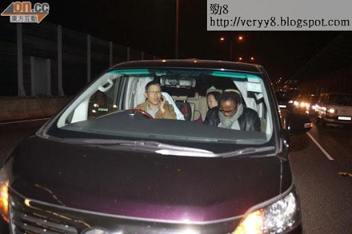 意外發生後,黃浩的司機不停打電話,黃母坐在後座,保鏢坐在車頭。