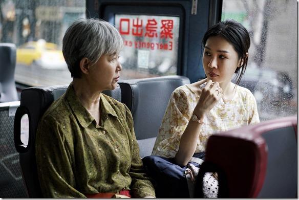 s高愛倫(左)首次演出電影表現自然生動。(右為謝盈萱) 拷貝