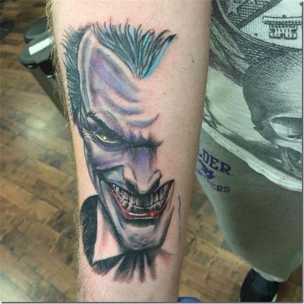 tatuaje-de-comodn-de-colores-en-el-brazo