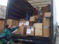 05 - Több mint négy órát pakolták ki a kamiont.JPG