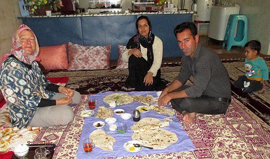 Miri mit unseren Gasteltern samt Sohn Hussein in Qara