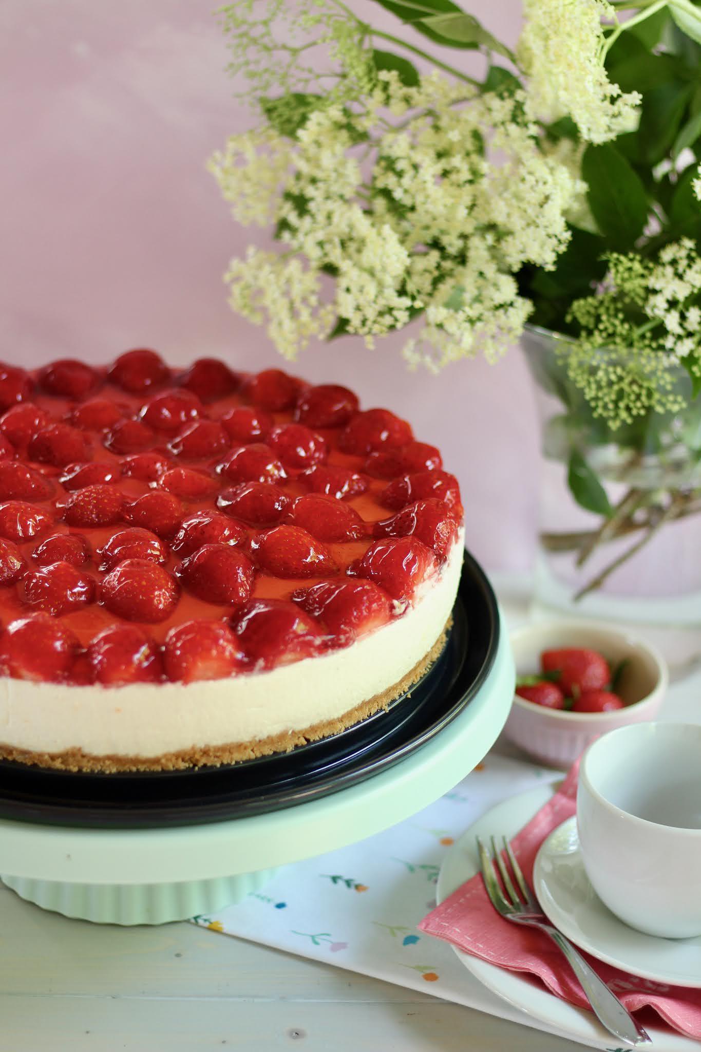 Leckere, schnelle Erdbeer-Holunderblüten-Torte ohne Backen: Super einfach! Rezept und Video von Sugarprincess