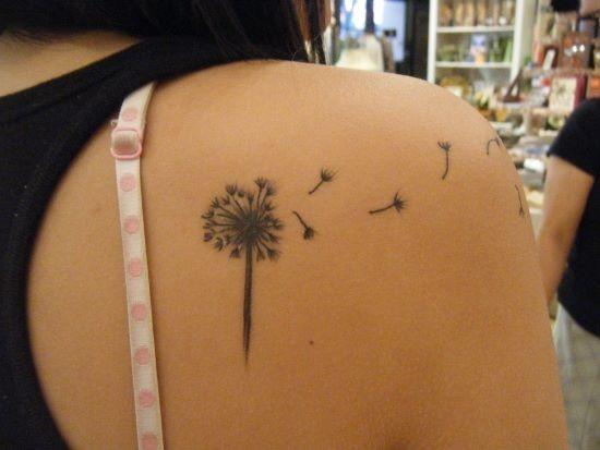 dente_de_leo_pequeno_ombro_tatuagem