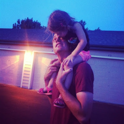 riding on daddy's shoulders <3 www.thebrighterwriter.blogspot.com