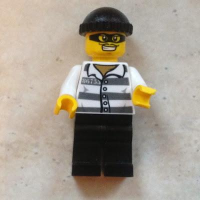 Lego Dieb mit schwarzer Mütze und gestreiftem Hemd