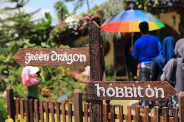 papan tanda rumah hobbit