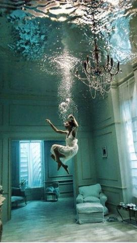 perempuan terbenam dalam air di ruangan rumah memakai baju daster
