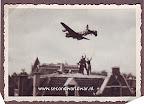 Een Lancaster bommenwerper van de RAF boven Den Haag, Operatie manna, voedseldroppingen, April 1945 - Foto Han Ketting