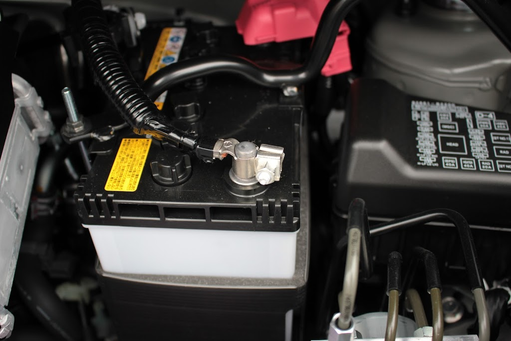 ナビ、シフトゲートイルミ取り付け前にバッテリーを外します。