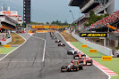 Romain Grosjean, Lotus E22 Renault, leads a lot of cars