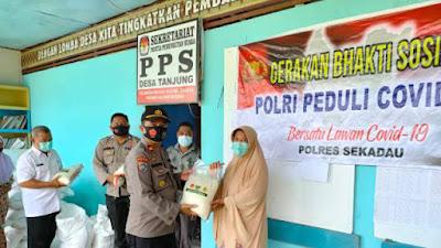 Polres Sekadau Salurkan Bantuan 10 Ton Beras Polri  Tahap IV Kepada Warga Terdampak Pandemi