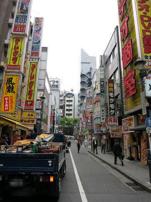 お店の前の通りは飲食街が軒を並べる