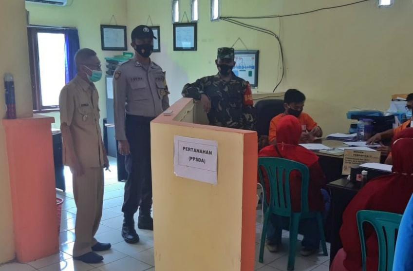 Penyaluran BST Kelurahan Tanjung Tengah Terus Di Kawal Babinsa Dan Bhabinkamtibmas