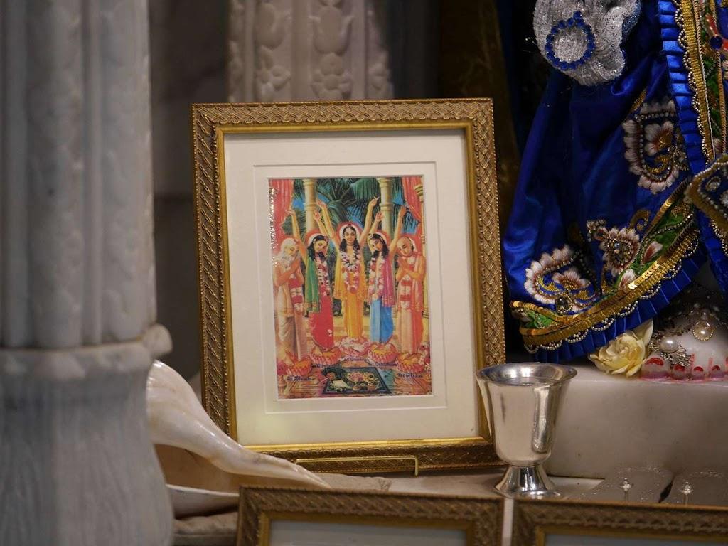 ISKCON New Govardhana Deity Darshan 09 Dec 2015 (25)