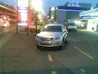Il y a trois endroits pour se parquer sur cette photo : le centre commercial, la station service et le parking cyclable. C'est ben pratique. (rte des jeunes, 18.1.2011)