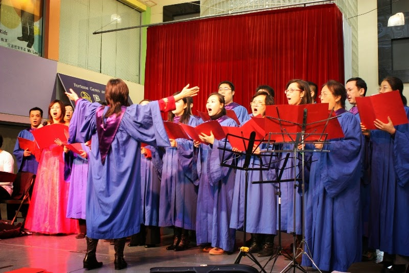Choir presents songs at Flushing Mall on Christmas Eve. 2010-12-24 詩班法拉盛聖誕表演2