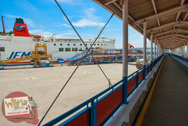 Jalan anjungan menuju kapal Ferry Virgo 18 di Pelabuhan Merak, Banten