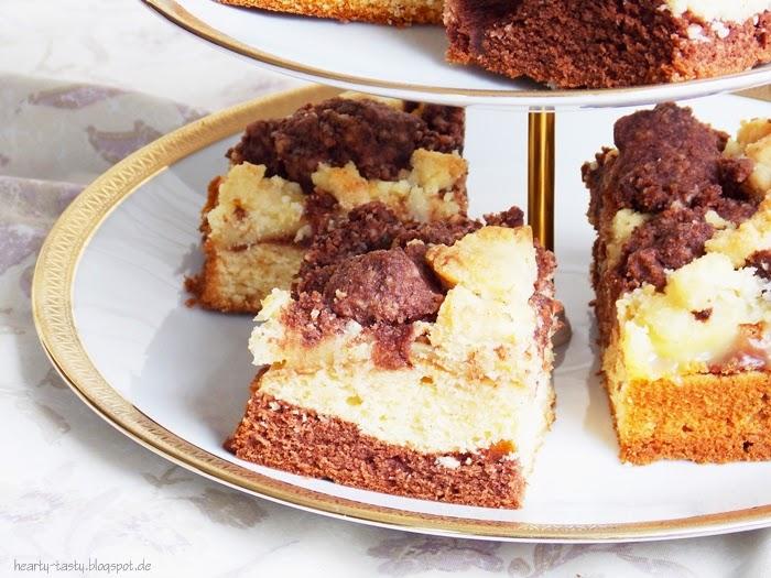 Schwarz-weißer Streuselkuchen mit Pudding