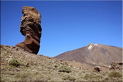 Roque Cinchado con el Teide de fondo