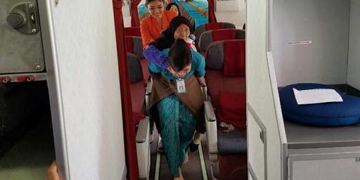 Siapakah Vera, Seorang Pramugari yang rela Gendong Nenek Turun dari Pesawat ini viral disosmed.