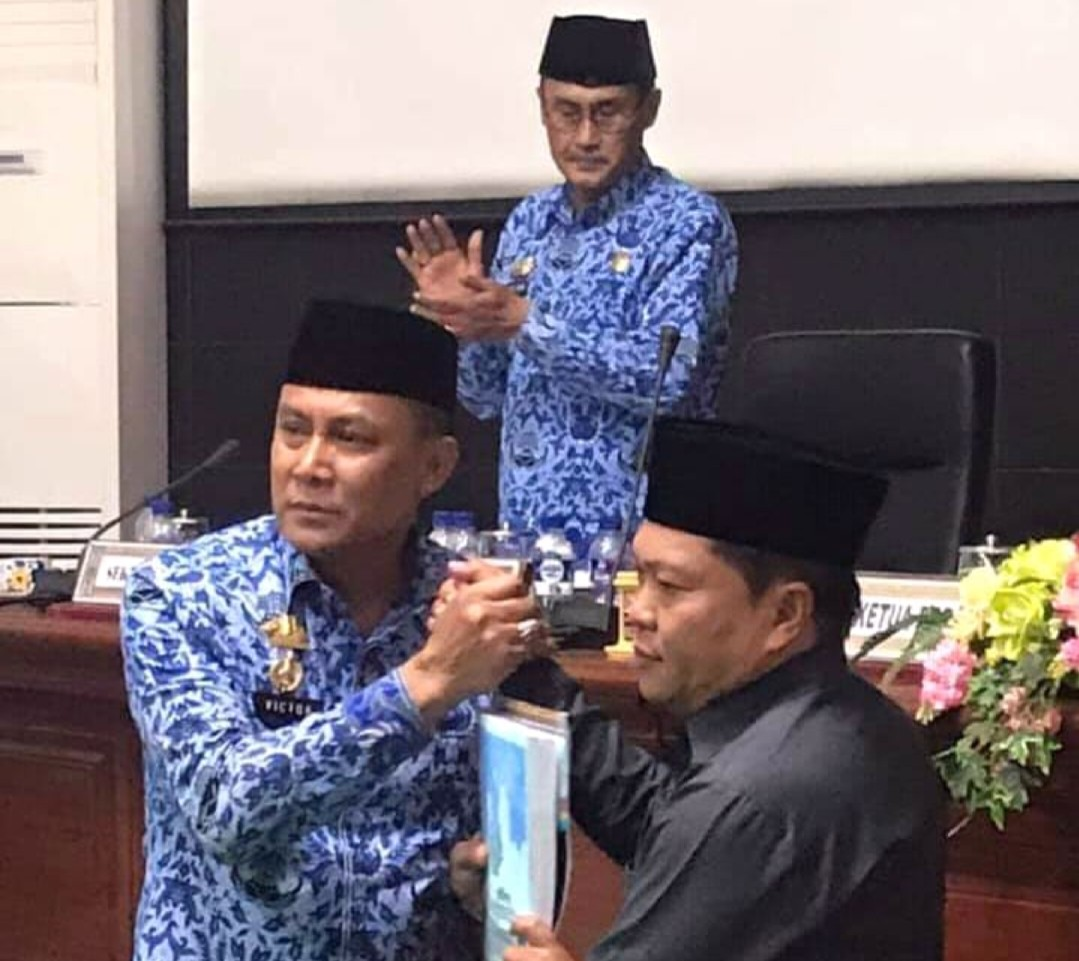 Sidang Paripurna, Wabup Victor Serahkan Ranperda LPJ APBD 2018