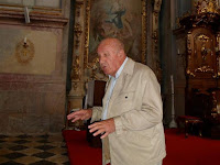 Bartal Károly Tamás nyugalmazott premontrei főapát előadása a templom történetéről és egyedi műalkotásairól.jpg