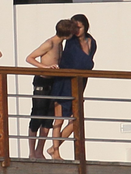 justin bieber and gomez kissing. justin bieber and selena gomez