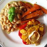 Fasola w sosie cebulowo-imbirowym, marchewka w czosnku i sezamie, zapiekana papryka z dynią