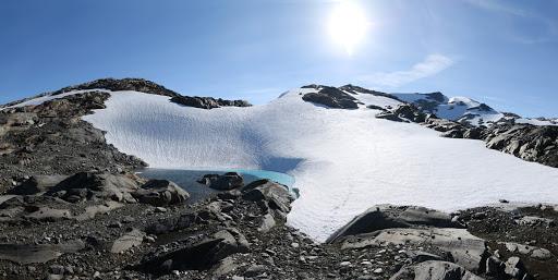 Ľadovcové jazierko, vpravo Middagstuva