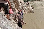 Tempuh Akses Jalan Ekstrim dan Beresiko, Seorang Prajurit TNI Rela Melewati Tebing Pinggiran Sungai Untuk Salurkan Bantuan